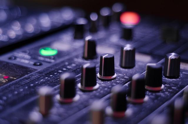 מאחורי המיקרופונים – קורס קריינות מקצועי