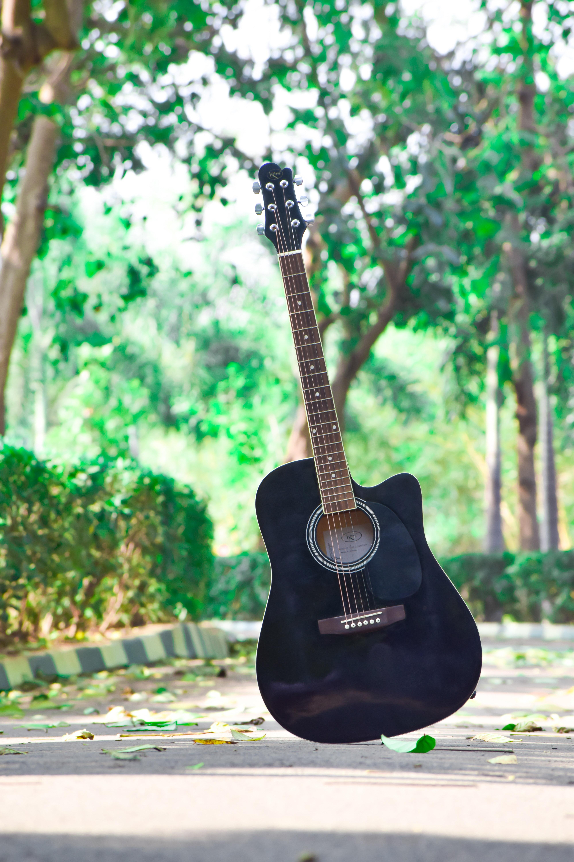 מה ההבדל בין גיטרה אקוסטית לגיטרה קלאסית?